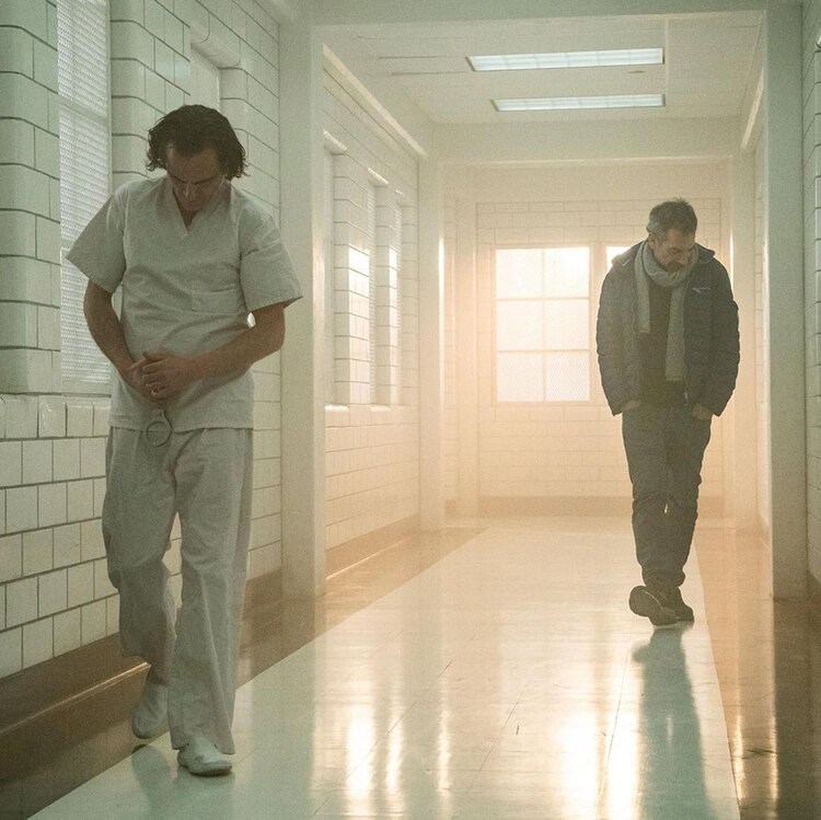 Director y protagonista recorren el pasillo del hospital psiquiátrico de Ciudad Gótica