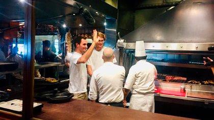 Federer se acercó a saludar a cocineros y parrilleros