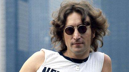 John Lennon fue asesinado a sus 40 años en la puerta del edificio que ocupaba con su familia.