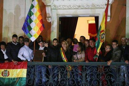 Áñez saluda desde el balcón luego de asumir como presidente interina. REUTERS/Luisa Gonzalez