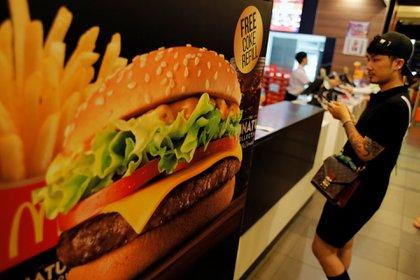 Un joven espera su orden en un McDonald's (Reuters)