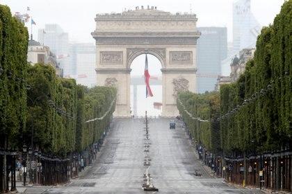 Los Campos Elíseos y el Arco de Triunfo tras el desfile  (Christophe Ena/Pool via REUTERS)