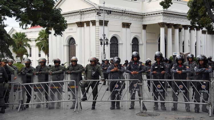 Miembros de la Guardia Bolivariana haciendo un cordón en el Parlamento (Yuri CORTEZ / AFP)