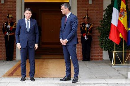 El presidente del Gobierno, Pedro Sánchez (derecha) y el primer ministro italiano, Giuseppe Conte (izquierda) durante un encuentro en el Palacio de la Moncloa (EFE/ Chema Moya)