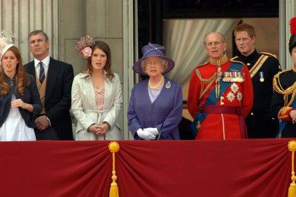 Junio, 2006. La reina Isabel II con tres de sus ocho nietos (Shutterstock)
