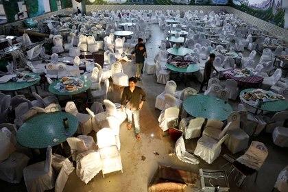 Trabajadores inspeccionan el lugar del atentado. REUTERS/Mohammad Ismail
