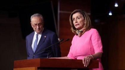 La presidenta de la Cámara de Representantes, Nancy Pelosi (D-CA), habla junto al líder de la minoría del Senado, Chuck Schumer (D-NY), durante una conferencia de prensa en el Capitolio de Washington, EEUU, 7 de agosto de 2020. REUTERS/Jonathan Ernst