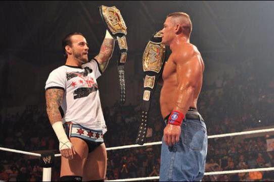 CM Punk contra John Cena (Foto: Twitter@WWE__History)