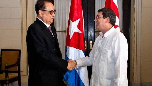 El canciller norcoreano Ri Yong Ho fue recibido por su par cubano, Bruno Rodríguez