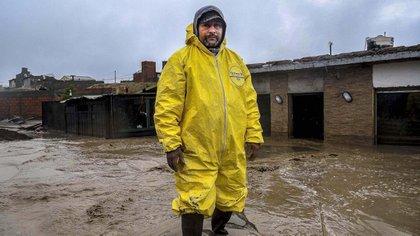 Jorge Albornoz, vecino del Barrio San Cayetano, azotado por el fuerte temporal y las inundaciones, posa frente a su casa (Florencia Downes/Télam)