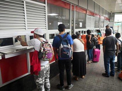 Fotografía cedida por el Servicio Nacional de Migración Panamá que muestra a ciudadanos nicaragüenses haciendo fila en un puesto migratorio este lunes, en el paso fronterizo de Paso Canoas (Panamá). EFE/Servicio Nacional de Migración Panamá