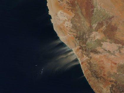 Polvos del desierto de Namibia del 16 de junio pasado capturado por  el satélite Terra de la NASA (Foto: modis.gsfc.nasa.gov)
