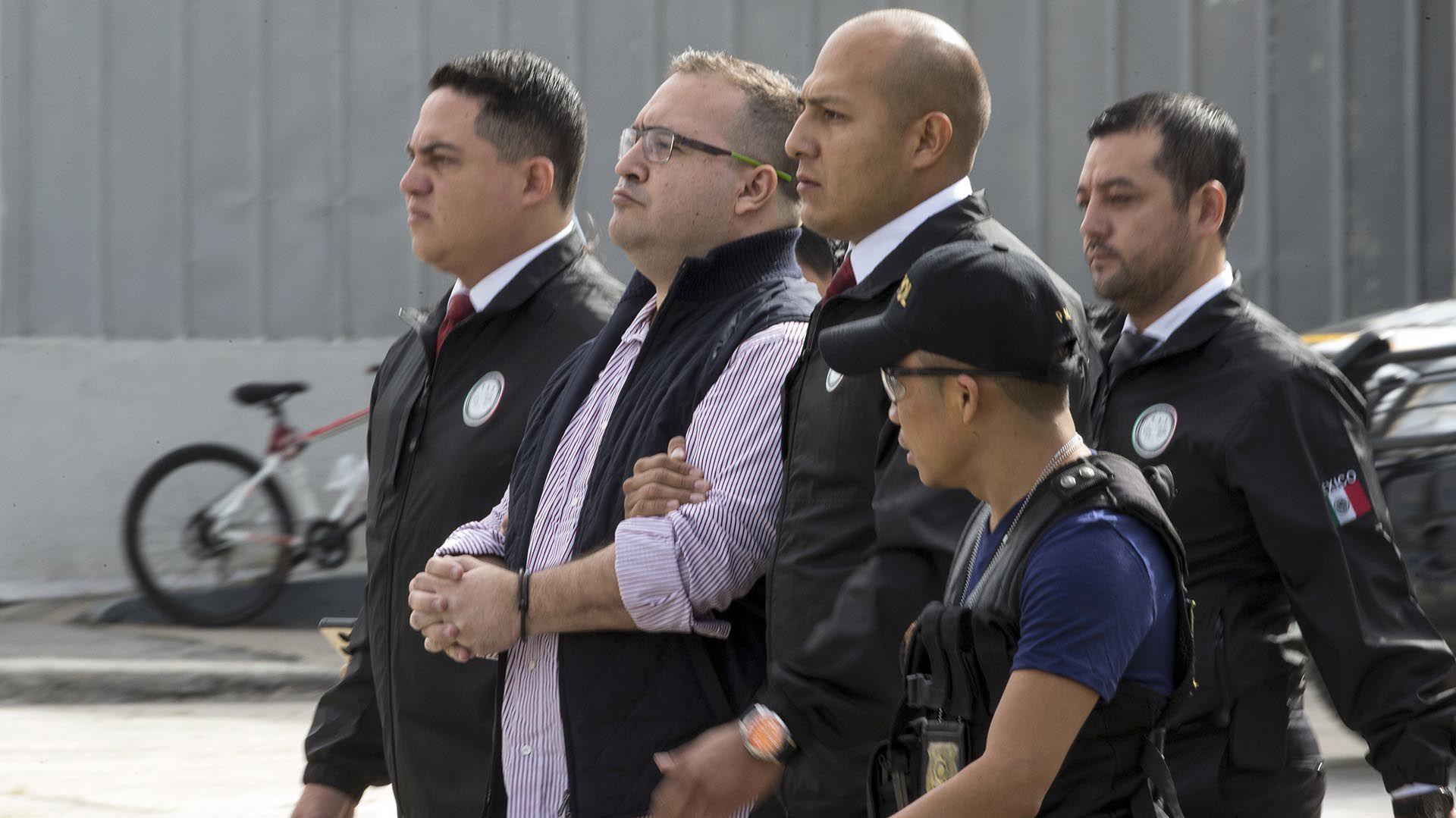 Javier Duarte durante su extradición a México (Foto: AP)