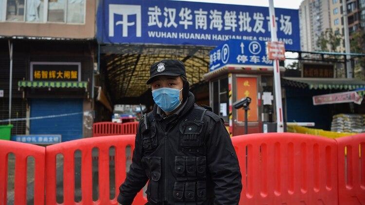 Hoy el mercado de Wuhan está cercado y cerrado (AFP)