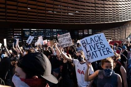 Miles de manifestantes se han movilizado en los últimos días en más de 30 ciudades de EEUU para repudiar la muerte de George Floyd (REUTERS/Jeenah Moon)