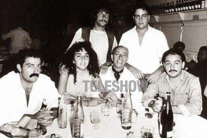 El humorista junto a sus hijos (arriba: Fernando y Javier; abajo de izquierda a derecha: Mariano, Sabrina, Alberto y Marcelo)
