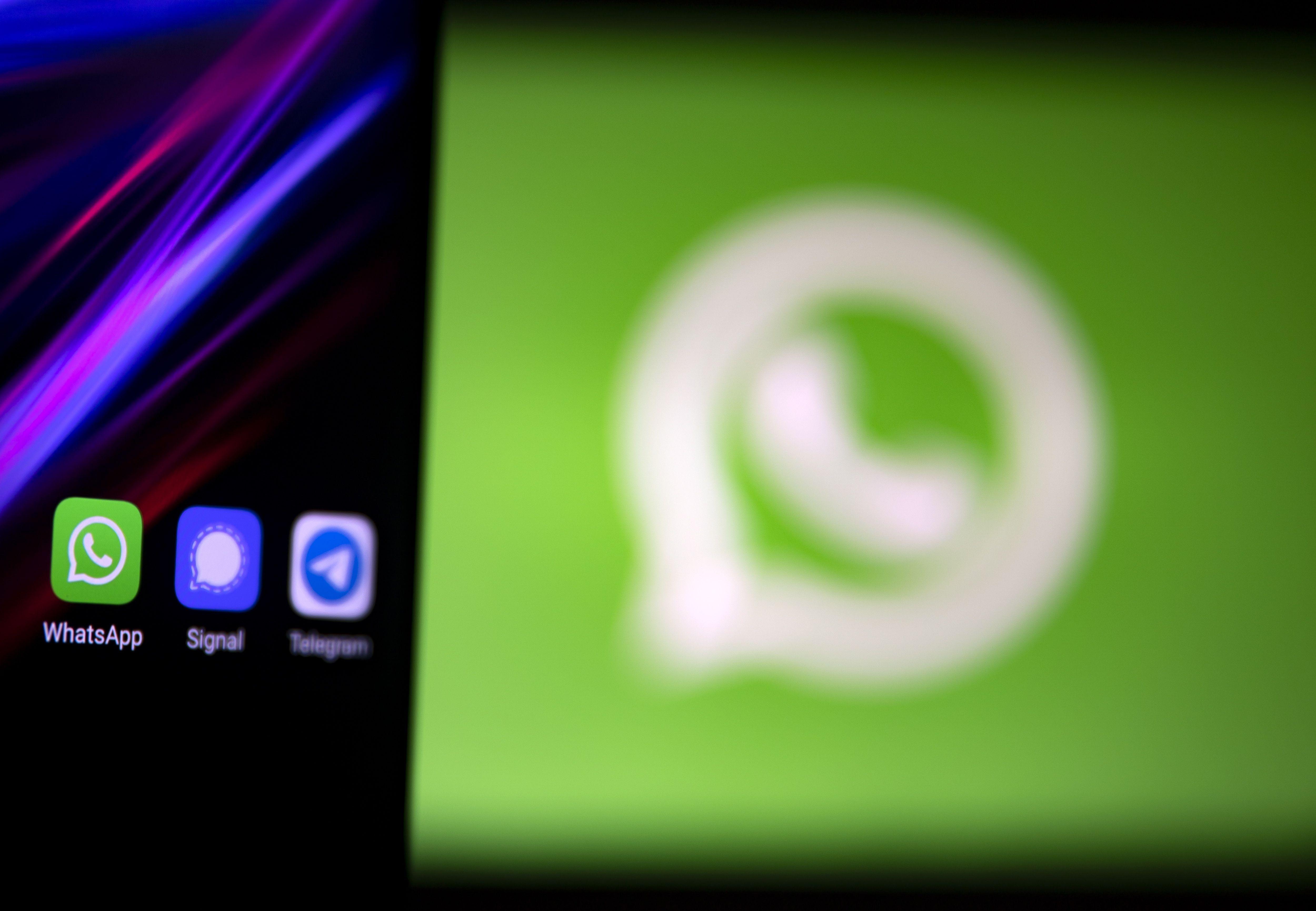 WhatsApp, que fue adquirida por Facebook en 2014, cuenta con 2.000 millones de usuarios en todo el mundo, lo que la convierte en la plataforma de mensajería por internet más usada. EFE/EPA/IAN LANGSDON/Archivo