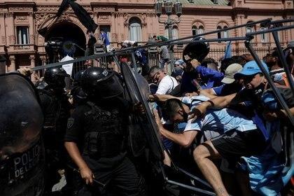 La situación se desmadró afuera de la casa de Gobierno (REUTERS/Ricardo Moraes)