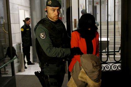 Una sospechosa es arrestada durante un operativo de la Guardia Civil en la sede en Madrid del ICBC en 2016 (REUTERS/Juan Medina/Archivo)