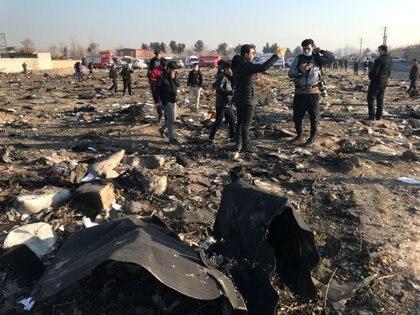 Iraníes revisan los escombros de caída del avión de Ukraine International Airlines en las afueras de Teherán (West Asia News Agency via REUTERS)