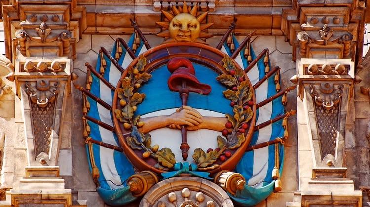 A solicitud del Gobierno, en la decoración del Palacio de Aguas Corrientes se incluyeron escudos de las distintas provincias y la Ciudad de Buenos Aires