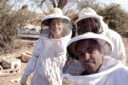 Milagros Graziani, country manager de Argentina y otros dos empleados de Beeflow, en un campo en Sierra de los Padres