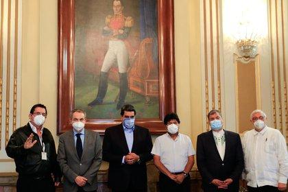 Fotografía cedida por Prensa de Miraflores donde se observa a Maduro junto a sus amigos ex presidentes: Manuel Zelaya (i), José Luis Rodríguez Zapatero (2i), Evo Morales (3d), Rafael Correa (2d) y Fernando Lugo (d) (EFE/Prensa Miraflores)
