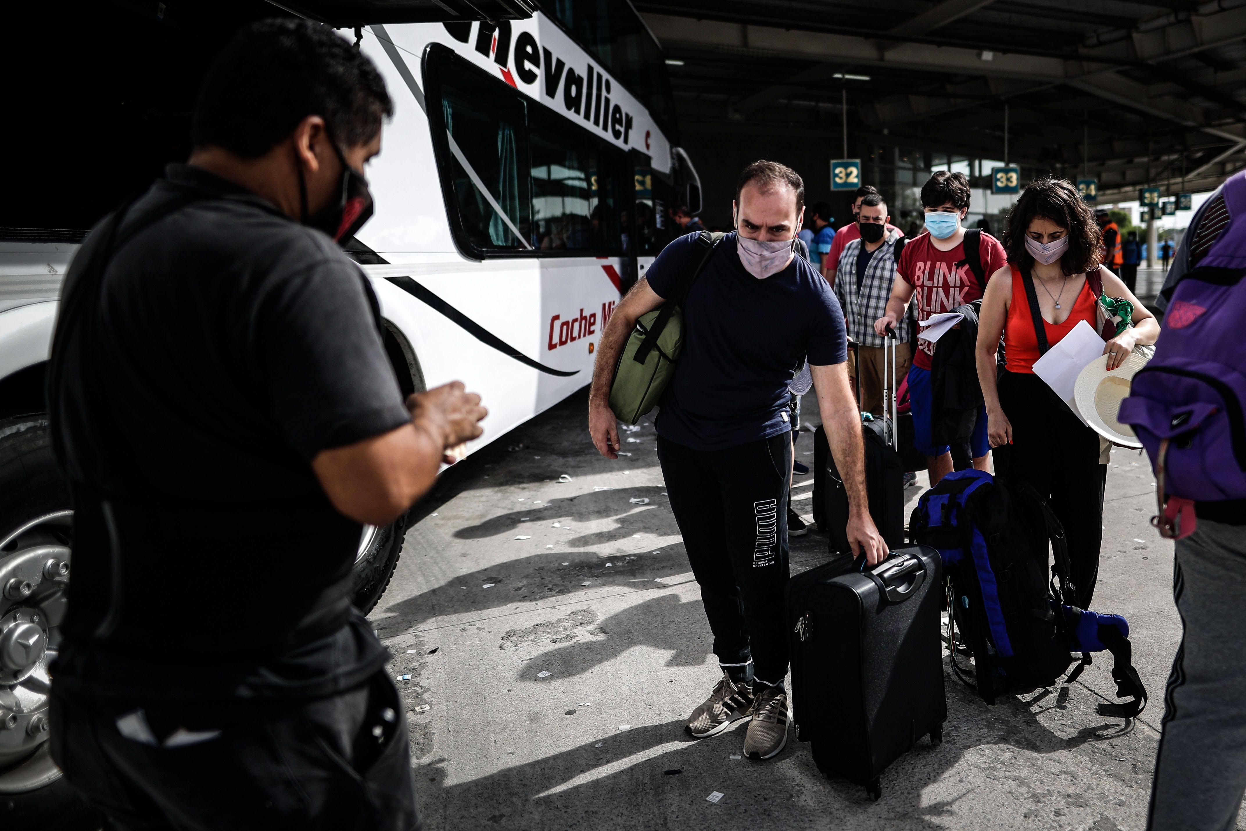 Varias personas esperan en una terminal de transporte para abordar un ómnibus en Buenos Aires, en medio del creciente contagio por COVID-19 en plena vacación estival. EFE/Juan Ignacio Roncoroni