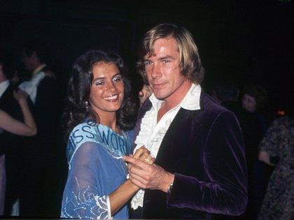 Cindy Breakspeare, Miss Mundo 1976, junto a James Hunt.