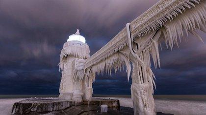 La postal del faro congelado en St. Joseph, situado en la costa suroeste del lago Michigan (Joshua Nowicki/AP)