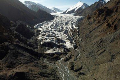 Los glaciares de las montañas de Qilian, en China, están desapareciendo a medida que el calentamiento global provoca cambios imprevisibles y plantea la perspectiva de una escasez de agua a largo plazo (REUTERS/Carlos Garcia Rawlins)