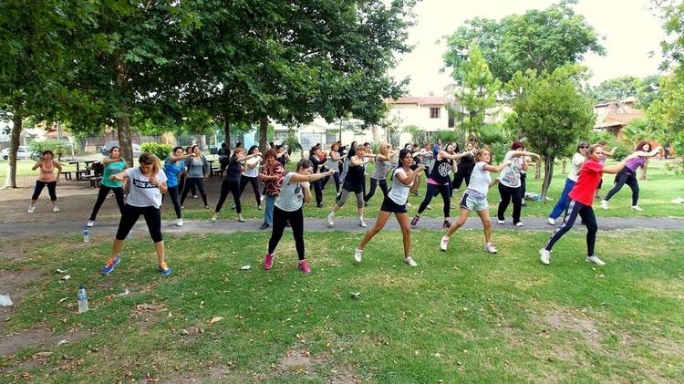 Los parques y las plazas también se llenan con actividades recreativas para practicar en grupo