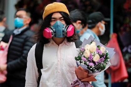 Un hombre utiliza una máscara para protegerse del coronavirus en Hong Kong el día de San Valentín, el 14 de febrero de 2020 (REUTERS/Tyrone Siu)