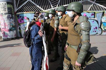 Policía antidisturbios bloquea el paso a manifestantes durante la conmemoración del Día del Trabajo en Santiago, Chile, el 1 de mayo de 2020. REUTERS/Ivan Alvarado