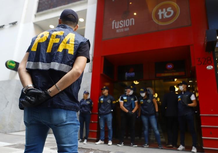Procedimiento policial al comienzo de la cuarentena (REUTERS/Matias Baglietto)