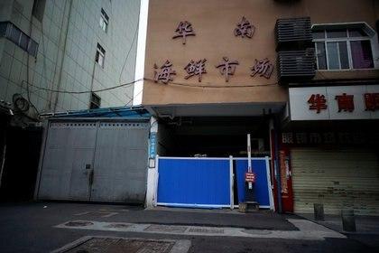 La entrada bloqueada al mercado de mariscos de Wuhan, donde se cree que apareció por primera vez el coronavirus  (Reuters)