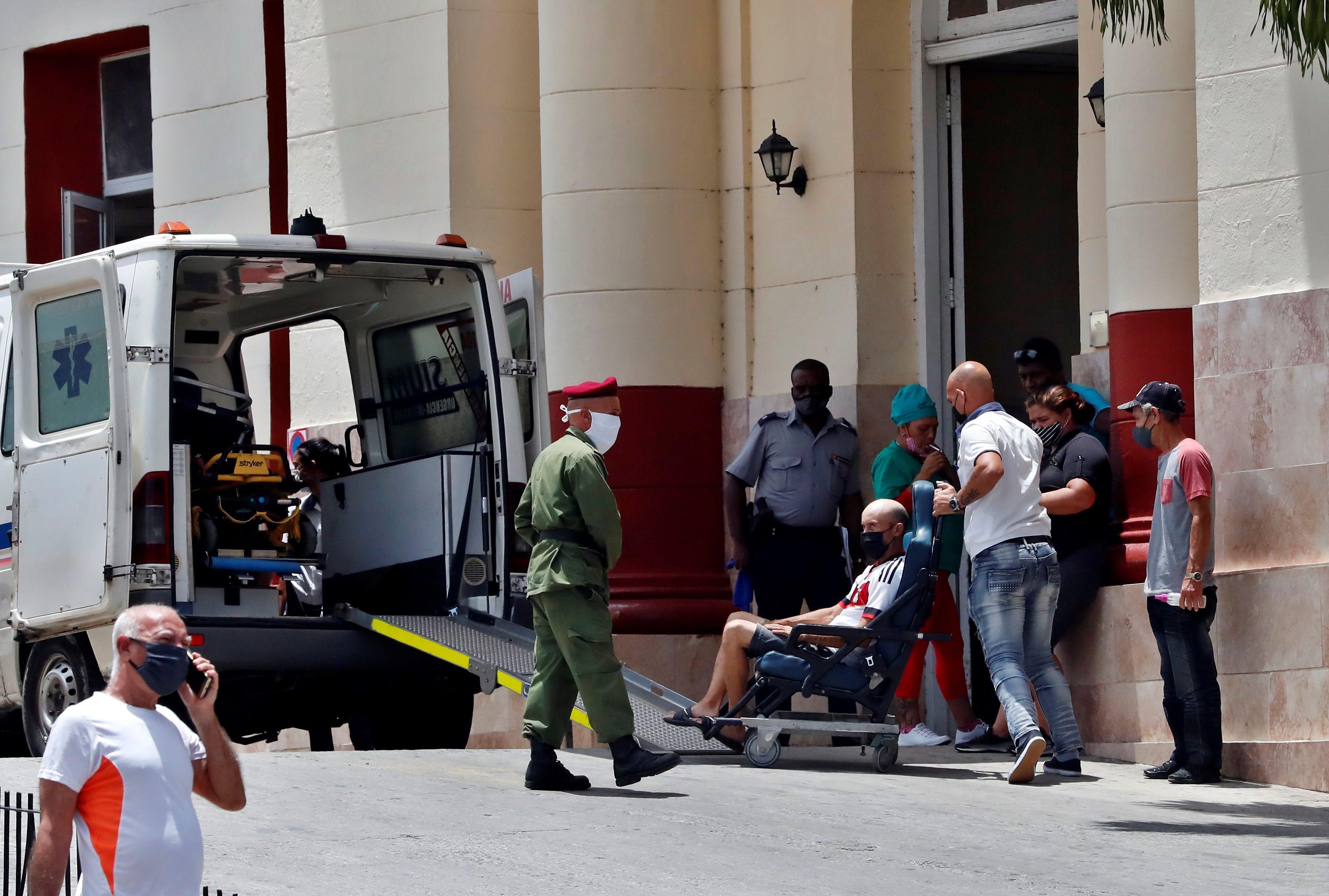 Un paciente es subido a una ambulancia en La Habana (Cuba). Fotografía de archivo. EFE/Ernesto Mastrascusa