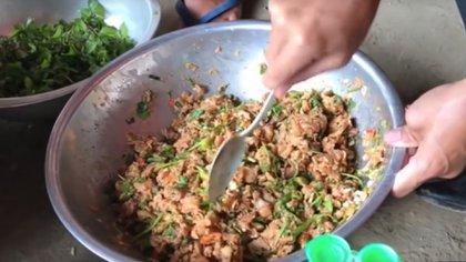 El platillo se cocina con pescado crudo (Fotos: Captura de pantalla de Video)