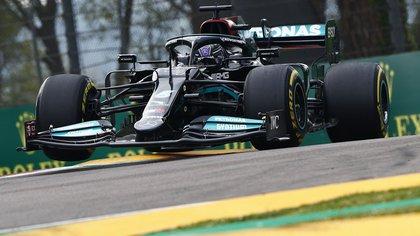 La increíble recuperación de Hamilton en Imola: se despistó, pasó del noveno al segundo puesto y sigue en la cima del torneo de la Fórmula 1