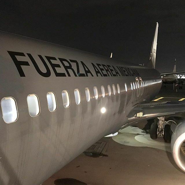 El avión en el que son trasladadas las cenizas de José José (Foto: Twitter @ssalga)