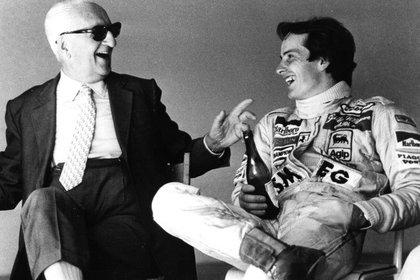 Sonriendo con Gilles Villeneuve, tras aquella prueba en Imola en 1980. Enzo lo quería como a un hijo al canadiense. (Facebook: Ferrari Enzo)