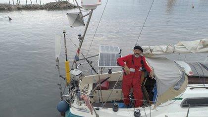 """""""Hay gente que vive en casa rodante, yo vivo en un velero. Los compro reventados y los pongo a funcionar. Este es mi tercer barco"""", dijo Ballestero (Fotos: Pablo Hugo Funes @dronmardelplata)."""