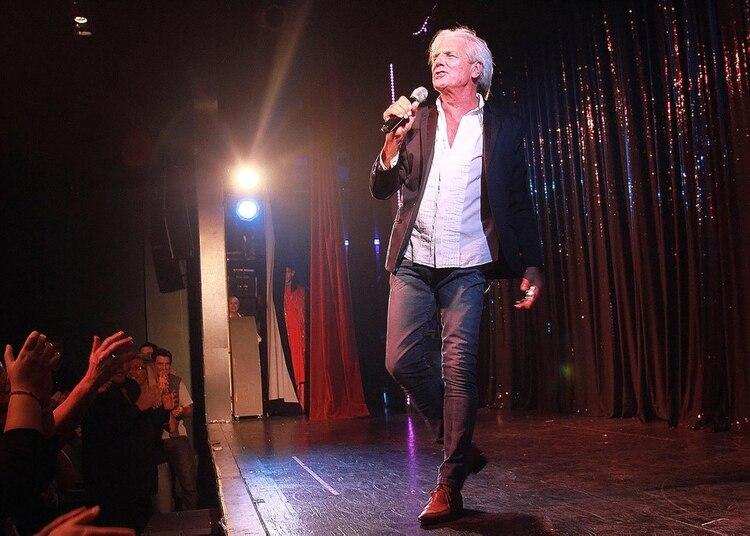 El cantante Sergio Denis tuvo un accidente durante un show en Tucumán cuando se cayó del escenario a un foso de orquesta de casi tres metros (Verónica Guerman/Teleshow)