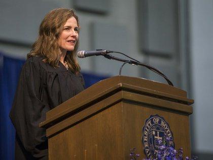 Amy Coney Barrett habla durante una ceremonia en la Universidad de  Notre Dame (Robert Franklin/South Bend Tribune via AP, File)