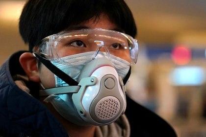 Un hombre en Wuhan con una máscara sofisticada para evitar contagio del coronavirus