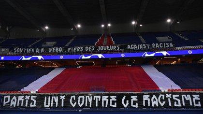 """""""París en contra del racismo"""", el mensaje que se vio en una bandera en el estadio Parque de los Príncipes"""