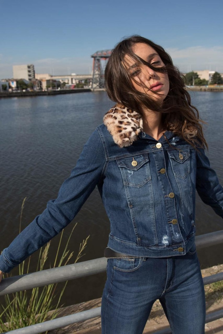 Lucía Celasco es la cara de la campaña de Lovely Denim y luce una campera de jean y el skinny con el lavado dark blue plain, el hit del invierno (Michigan Rabbit)