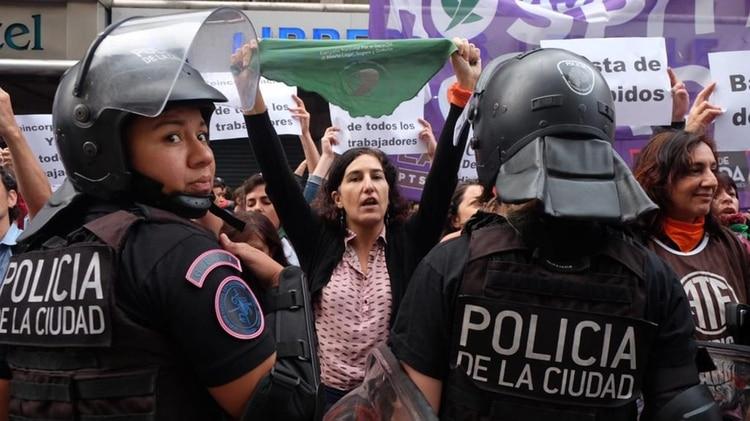 "La diputada Nathalia González Seligra sostiene un ""pañuelo verde"" frente al vallado policial (foto: @Marcelitaojeda)"