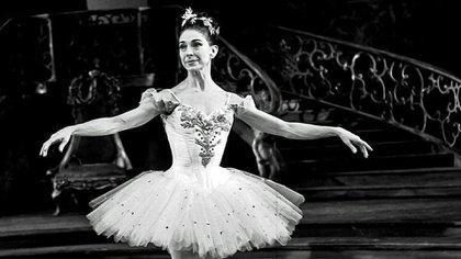 Margot Fonteyn bailando en la mansión con miles de expectadores (Daily Mail)
