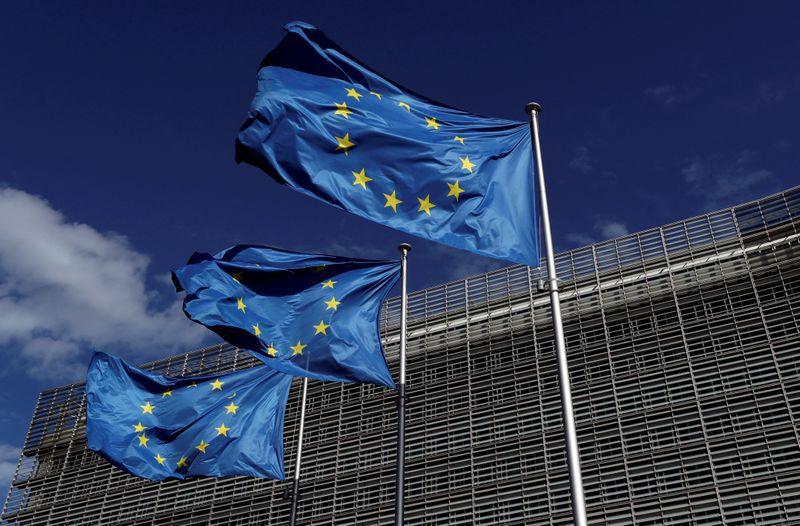 PHOTO DE FICHIER: les drapeaux de l'Union européenne flottent devant le siège de la Commission européenne à Bruxelles, en Belgique, le 21 août 2020. REUTERS / Yves Herman